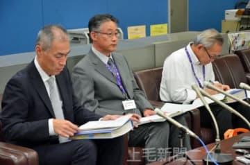 記者会見する小見課長(中央)、有吉部長(左)ら=16日午後4時ごろ、県庁