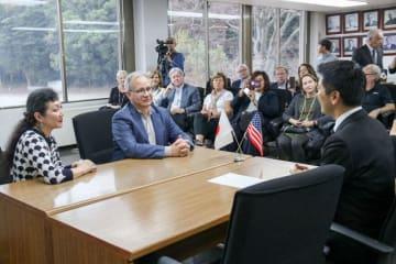 松尾市長と会談するプライリー市長(左手前から2人目)=鎌倉市役所