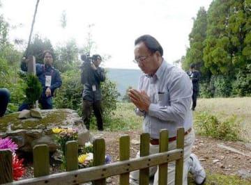 熊本地震の犠牲者の冥福を祈り、手を合わせる新所区の前区長・山内博史さん=16日、南阿蘇村立野