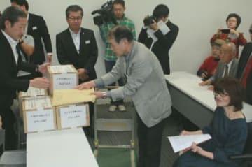 JR九州に7万3千人超の署名を提出する住民グループ=16日午後、大分市のJR九州大分支社