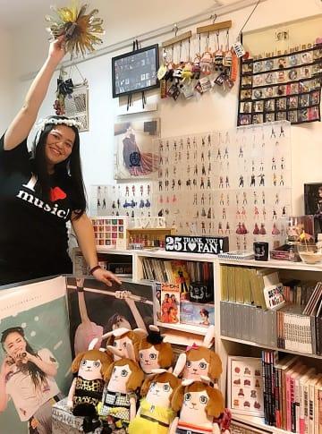 嘉数波紀さんの自宅アパートに並ぶ安室奈美恵さんのグッズ。デビュー時からのCDやアルバムは全てそろえている。「これでも一部です」と話す=日、茨城県(本人提供)