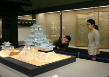 大分市歴史資料館で開催されている特別展「日本100名城 大分府内城」。復元研究の学術を参考に制作した天守閣の模型などを展示