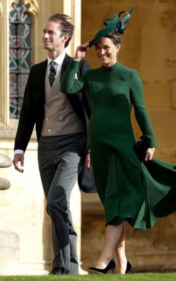 フィリパ・ミドルトンさんとジェームズ・マシューズさん夫妻=12日、英ウィンザー城(ロイター=共同)