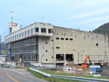 取り壊しが始まったコーエンボウル跡の建物=15日午後、岐阜市日野西