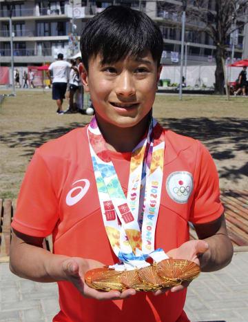 体操男子個人総合と種目別で計5個の金メダルを獲得した北園丈琉=ブエノスアイレス(共同)