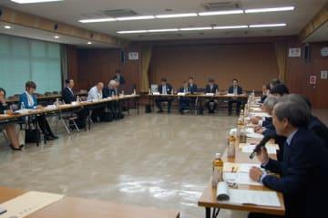【「学生と地元企業のマッチング手法について」をテーマに意見交換する出席者ら=鈴鹿市神戸地子町の市労働福祉会館で】