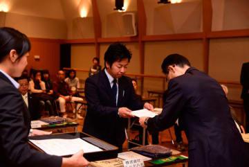 【田中部長(右)から認定証を受け取る事業所代表ら=津市の県総合文化センター第一リハーサル室で】