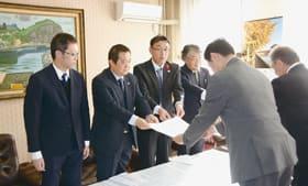 青山市長に要望書を手渡す日西会長(左から2人目)