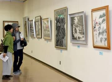 墨の濃淡で描く、自然風景などの作品が並ぶ=佐賀市の県立美術館