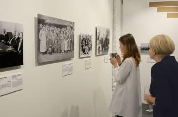 16日、モスクワのリュミエール兄弟写真センターで写真展「日露関係 写真で見る歴史」を見る女性ら(共同)