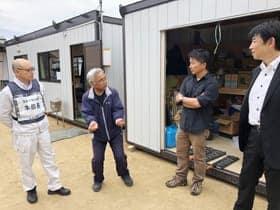 被災した工藤さんから被害状況を聞く小林准教授(右から2人目)