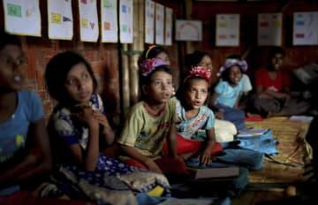バングラデシュ南東部の難民キャンプの学校で、授業を受けるロヒンギャの子供=8月27日(AP=共同)