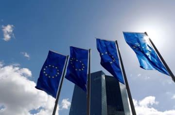 欧州中央銀行本部前に掲げられた欧州連合(EU)の旗=フランクフルト(ロイター=共同)