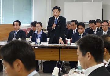 中小企業への取り組み強化について説明する井上局長(中央)=16日、大阪市中央区の大阪合同庁舎