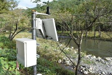 安家川に設置された危機管理型水位計。増水時に水位を観測する=12日、野田村