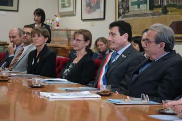 表敬訪問したフランスのイッシー・レ・ムリノー市のアラン・レヴィ副市長(右から2人目)ら=長崎市役所