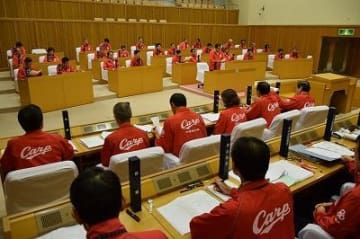 ぜひ、日本シリーズへ 議場がカープ一色に キャンプ地の沖縄市議会 全議員、執行部がウインドブレーカーで出席