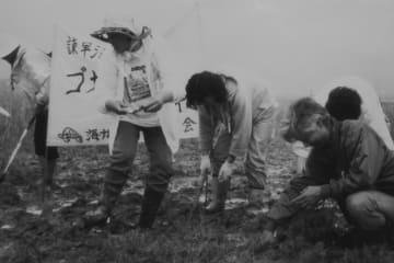 諫早湾の干潟で消滅の恐れがあるゴカイやカニなどの生き物を「救出」する熊本県荒尾市の市民グループ=3日午後、諫早市小野島