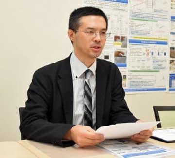 米国医学検査学会賞を受賞した研究について説明する野坂講師