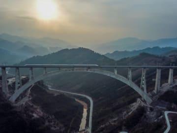橋に見る中国の不屈の精神 貴州省の高原で