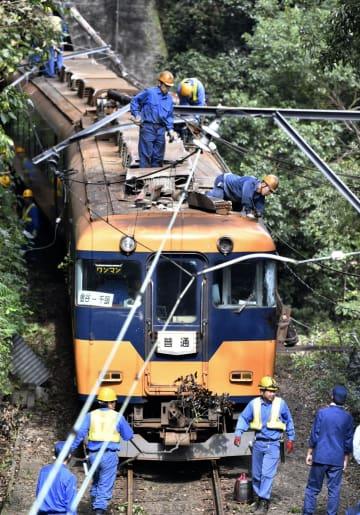 電柱と衝突し、運転席付近のガラスが割れた大井川鉄道の電車=17日午後、静岡県島田市