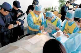 歯科医が読み上げた歯の状態を警察官らがシートに書き写すなどした研修会