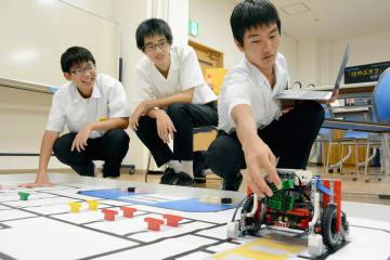 世界大会に向けて練習に励むドットエグゼのメンバー。(左から)田中克侑さん、本村祐成さん、山本拓真さん=八代市