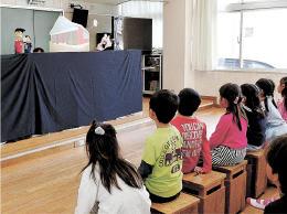 震災当時の様子を描いた人形劇に見入る児童