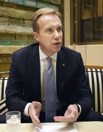 インタビューに応じる「世界経済フォーラム」のボルゲ・ブレンデ総裁
