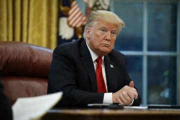 16日、米ワシントンのホワイトハウスでAP通信のインタビューに応じるトランプ大統領(AP=共同)