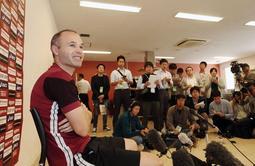 大勢の記者に囲まれ、質問に応じるイニエスタ選手=17日午後、神戸市西区(撮影・大森 武)