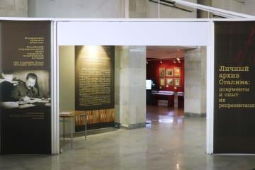 モスクワのロシア国立公文書館で開かれているスターリン資料展=5日(共同)