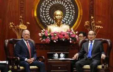 16日、ベトナムのホーチミン市で、グエン・ティエン・ニャン市共産党委員会書記(右)と会談するマティス米国防長官(AP=共同)