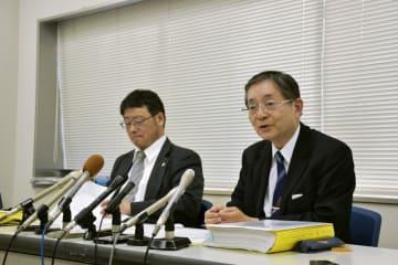 判決後、記者会見する男性側代理人の佐伯雄三弁護士(右)ら=17日午後、神戸市