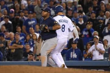 一塁で交錯したドジャースのマニー・マチャド(右)【写真:Getty Images】