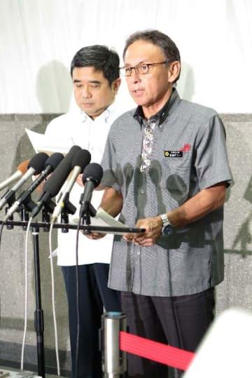 国の対抗措置について、記者団の取材に応じる玉城デニー沖縄県知事=17日午後4時40分頃、沖縄県庁
