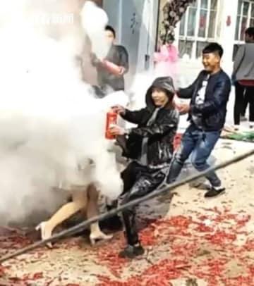 危険すぎる中国の風習、新郎新婦に消火器ぶちまけ批判殺到―中国ネット