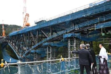 全長272メートルつながる 羽黒山橋の橋桁、工事完了