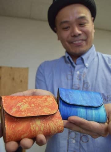 京都を拠点にする染色と革小物の職人が製造したコンパクト財布。表面に絞り染めした鹿革を使っている(京都市中京区)