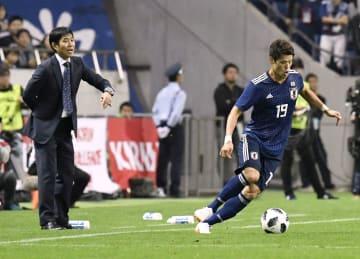 16日のウルグアイ戦で、指示を出す日本代表の森保監督。右は酒井宏=埼玉スタジアム