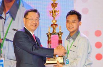 溶接コンテストで優勝したラマダニさん(右)にトロフィーを授与する岩谷産業の谷本社長=17日、ジャカルタ(NNA撮影)