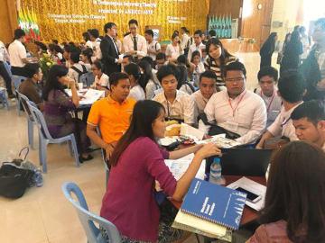 日本企業への就職に関心を抱き、人事担当者の説明を聞くミャンマーの学生たち=17日、ヤンゴン近郊