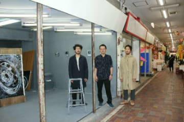 美術集団「現実」として作品を展示する(左から)東さん、畑さん、鈴木さん=別府市のべっぷ駅市場