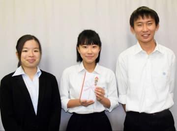 被災地支援で寄託した市立高津高校生徒会の濱田副会長(中央)と三谷執行委員(右)