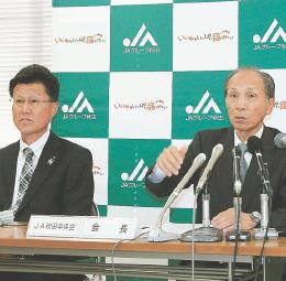 記者会見で1農協化の方針を説明する船木会長(右)=秋田市のJAビル