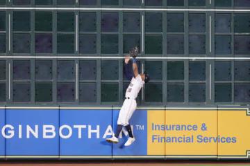 アストロズのトニー・ケンプが見せた捕球を巡って様々な意見が飛び交っている【写真:Getty Images】