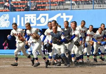 古川にコールド勝ちし、決勝進出決めた盛岡大付の選手たち。来春のセンバツ出場が有力になった=17日、秋田市・こまちスタジアム