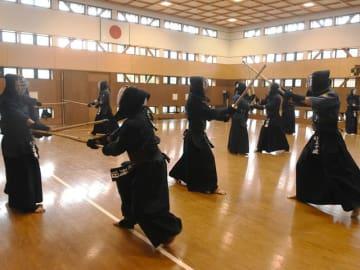 全国警察剣道大会を直前に控え、稽古に励む県警の選手ら=岐阜市西河渡、県警武道館