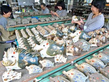 来年のえとの亥にちなんでイノシシをかたどった陶器の置物作りが盛んに行われている=17日午後1時42分、土岐市下石町、豊大窯