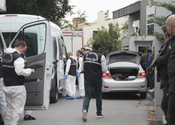 サウジ総領事公邸(右奥)を調べるトルコ当局の捜査員ら=17日、トルコ・イスタンブール(共同)